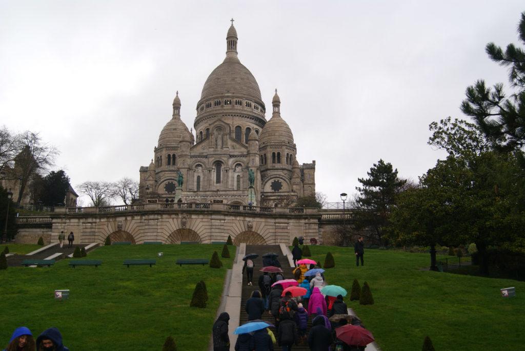 Sacre Coeur s davy turistů